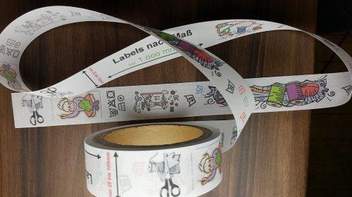 Textiletiketten farbig mit Logo und Mittelfalz